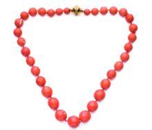 Collana in corallo cerasuolo con chiusura in oro giallo con brillanti. A coral nacklace with yellow gold clasp.