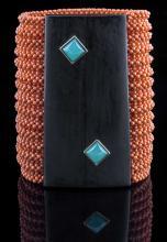 Grande bracciale in corallo, ebano e crisoprasio. A coral, wood and crisoprasio bracelet.