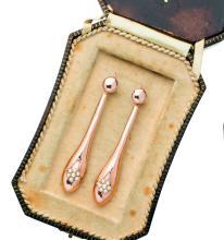 Orecchini pendenti in oro rosa basso titolo, manifattura della fine dell'Ottocento. A pair of rose gold earrings, end of 19th Century.