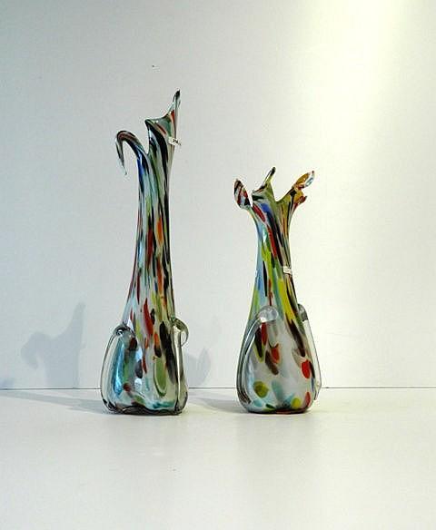 Deux vases à marbrures polychromes, XXe, verre soufflé et travaillé à chaud