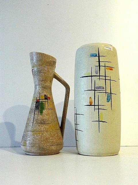 Cruche à décor géométrique polychrome sur fond Fat Lava, circa 1950-60, cér