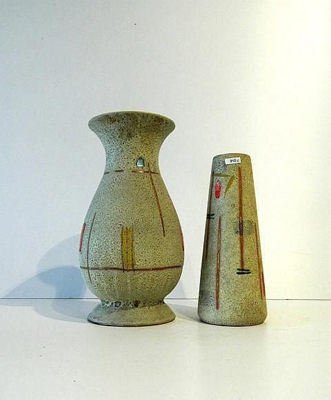 Deux vases de formes balustre et tronconique aux décors géométriques polych