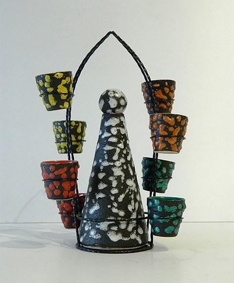 Carafe et huit gobelets à décor Fat Lava aux tons assortis, circa 1960, cér