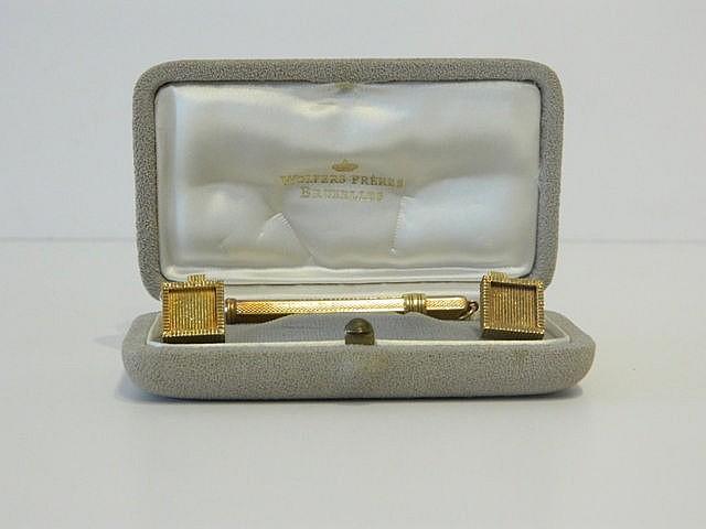 Paire de boutons de manchette carrés en or, poinçonnés, 17 g env. ; on y jo