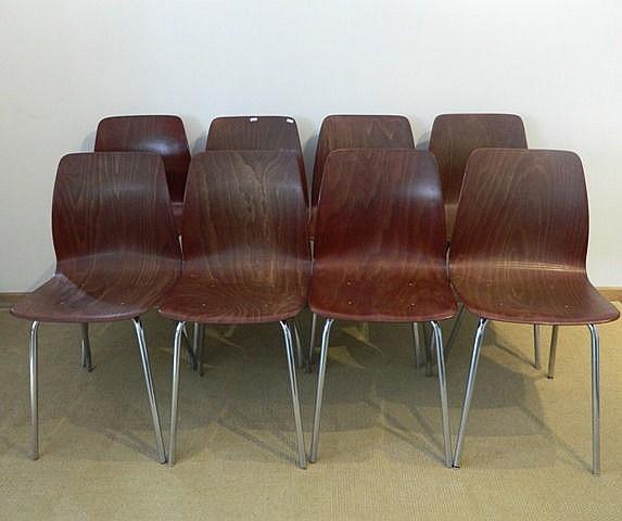 Suite de huit chaises, circa 1970, contre-plaqué thermoformé à patine acajo