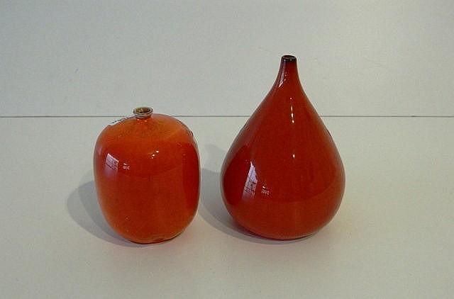 Deux petits soliflores, XXe, céramique à couverte rouge-orangé, étiquette [