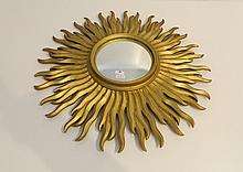 Miroir rayonnant dit de sorcière, circa 1970, bois doré, d. 55 cm.