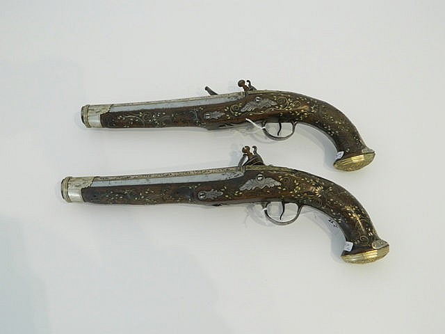 Paire de pistolets de duel à silex, XVIIIe, crosses en bois avec incrustati