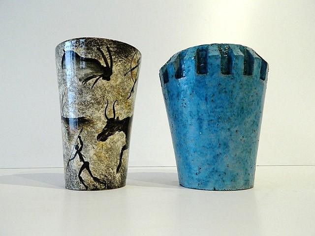 Lot de deux vases tronconiques, l'un crénelé à glaçure bleue, l'autre dans
