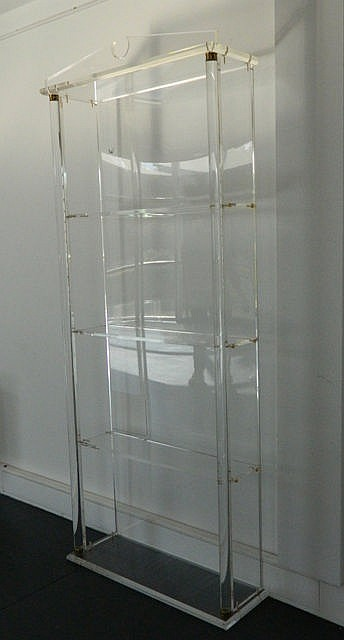 Bibliothèque dans le goût Empire, circa 1970, plexiglas, 217x66x26 cm [usur