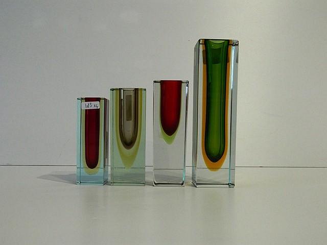 Suite de quatre soliflores à section carrée, XXe, verre multicouche soufflé