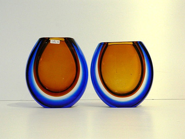 Fausse paire de vases lentiformes, XXe, verre multicouche soufflé, h. 19 et