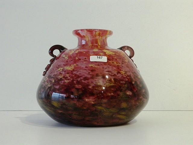 Vase ansé à col étroit, début XXe, verre moucheté soufflé et travaillé à ch