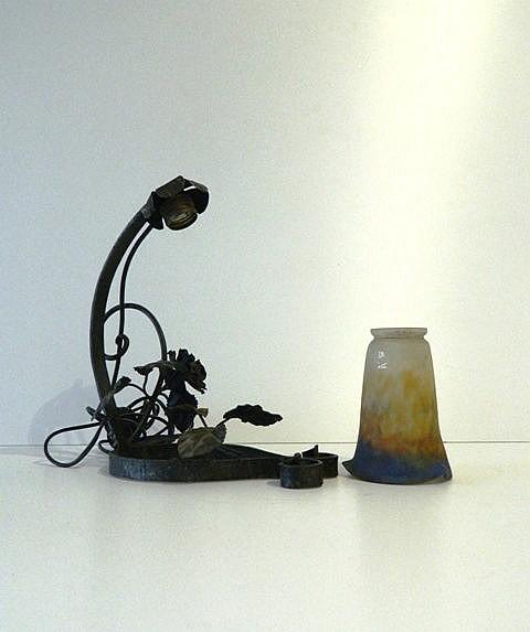 Lampe de table d'époque Art nouveau, circa 1900, fer forgé et verre, h. 30
