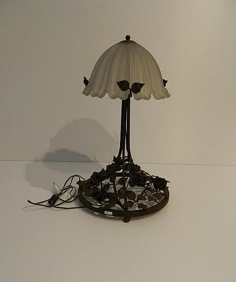 Lampe de table d'époque Art nouveau à décor floral, base ronde, circa 1900,