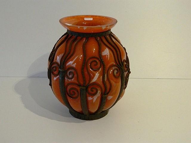 Important vase boule en verre multicouche orangé enchassé dans une monture