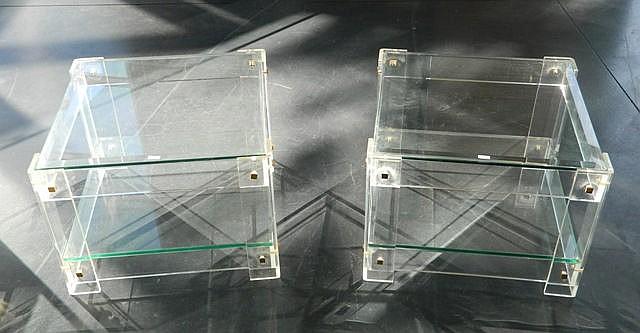 Paire de bouts de canapé carrés, circa 1970, plexiglas, plateaux en verre b