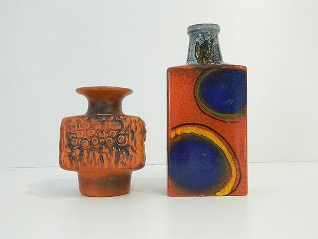 Deux vases cubiques aux décors polychromes orangés, circa 1970, céramique é