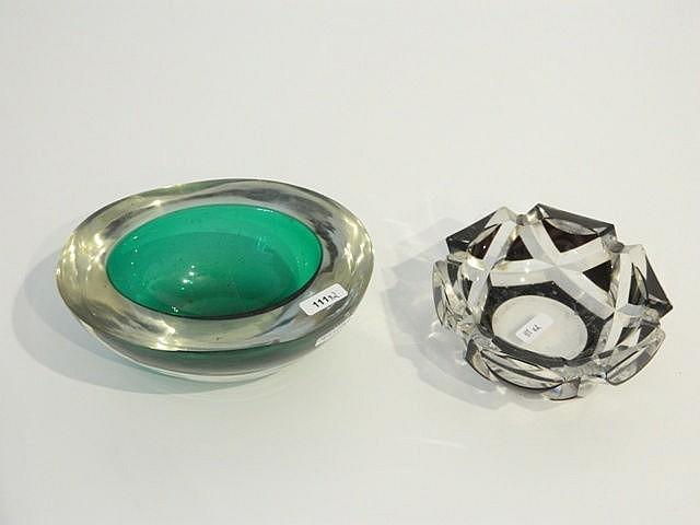 Cendrier, XXe, cristal taillé doublé prune, d. 13 cm [éclats] ; on y joint