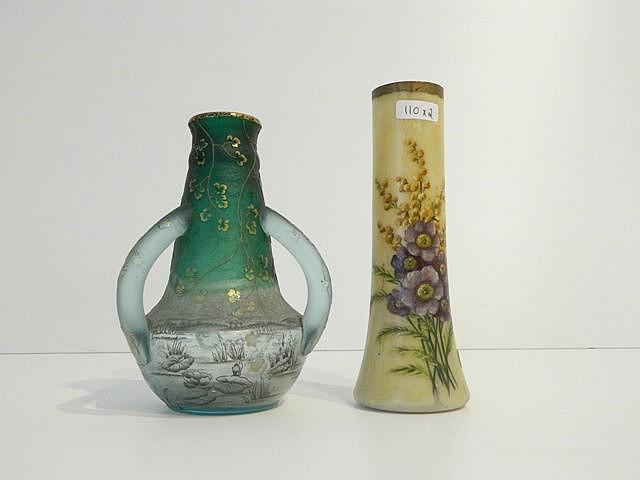 Petit vase ansé à décor naturaliste, circa 1900, verre gravé à l'acide et é