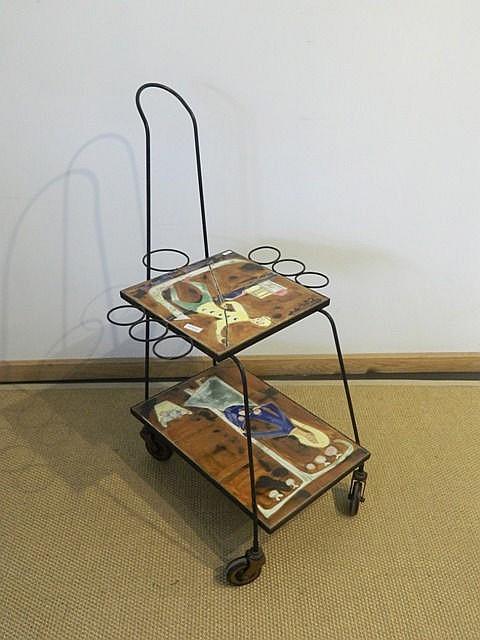 Desserte à roulettes à décor animé, circa 1960, fer forgé, plateaux en céra
