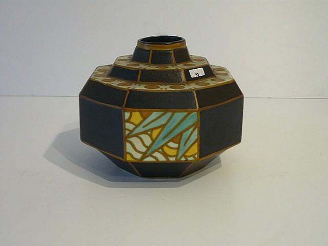 Vase octogonal d'époque Art déco à décor polychrome stylisé, circa 1925, cé