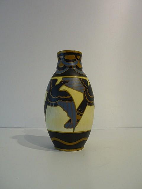 Vase d'époque Art déco à décor polychrome d'oiseaux stylisés, circa 1925, c