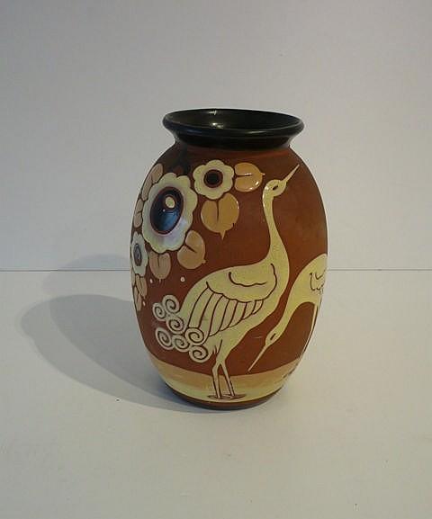 Vase d'époque Art déco à décor naturaliste polychrome, circa 1925, céramiqu