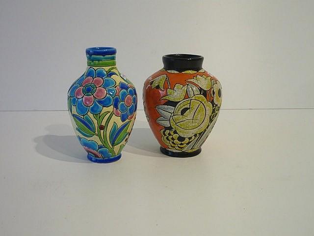 Deux vases piriformes d'époque Art déco aux décors floraux polychromes, cir