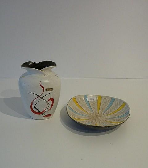 Un vase et une coupe aux décors polychromes abstraits, circa 1950-60, céram