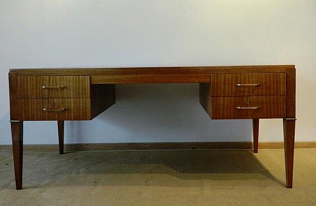 Grand bureau plat à caissons ouvrant par quatre tiroirs, circa 1950, bois d