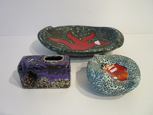 Ensemble de trois céramiques Fat Lava, circa 1970, comprenant : une large c
