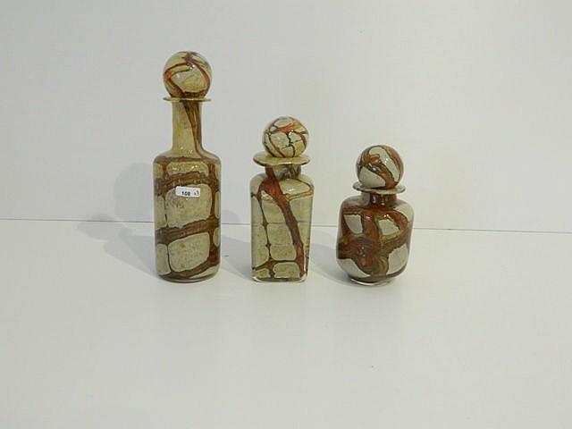 Suite de trois flacons en verre à décor marbré en camaïeu beige et brun, h.