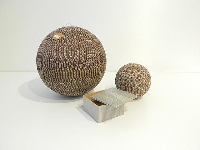 Ensemble Vintage de deux boules et une boîte à décor mosaïqué en cuir, trav
