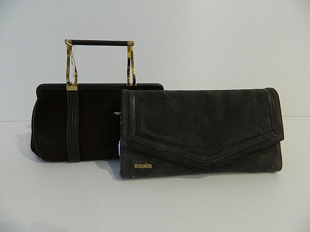 Lot de deux sacs en daim travaillé tout en finesse, l'un brun et l'autre gr