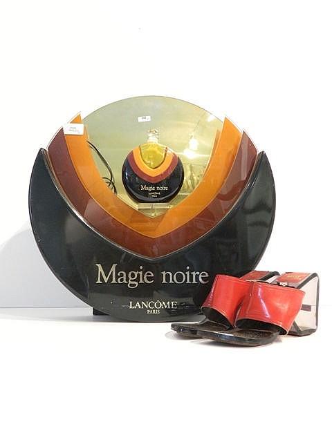 Présentoir Magie noire, circa 1980, plexiglas, h. 45 cm [usures d'usage] ;