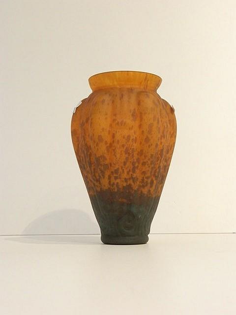 Vase évasé à décor de godrons en verre multicouche dans les tons verts à la