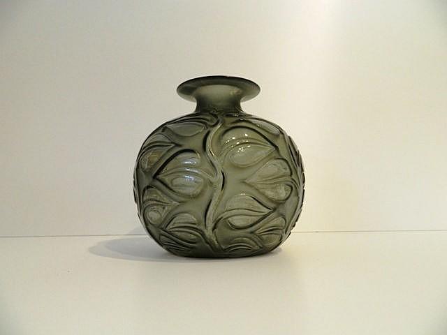 Vase Sophora en verre fumé pressé-moulé, décor végétal en relief partiellem