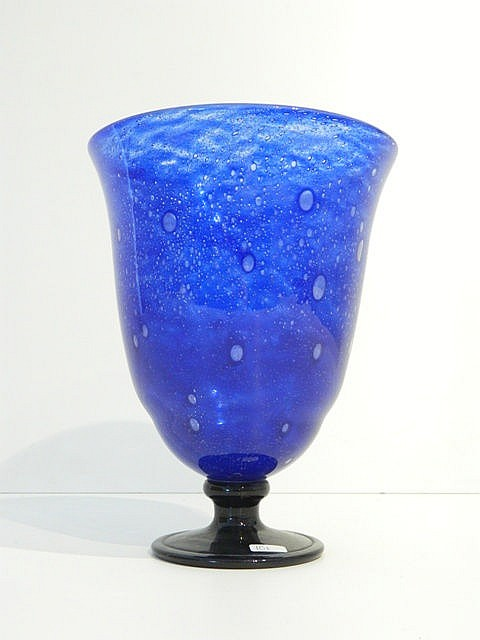 Coupe évasée sur piédouche, XXe, corps en verre bullé bleu sur base noire,
