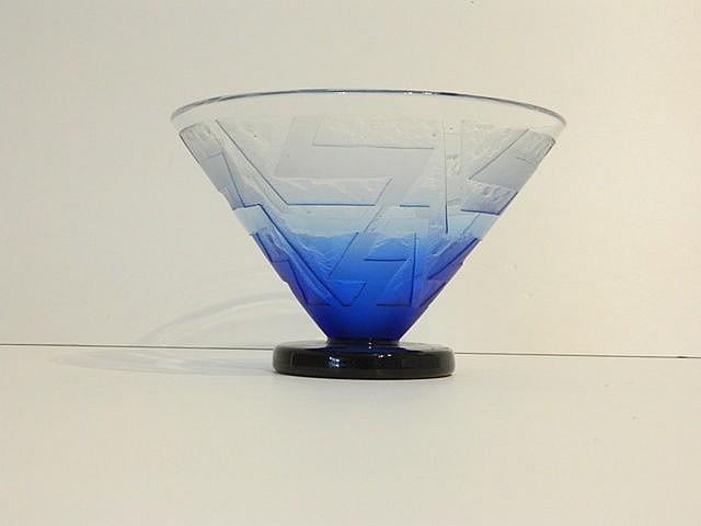 Vase conique d'époque Art déco en verre incolore doublé bleu sur piédouche