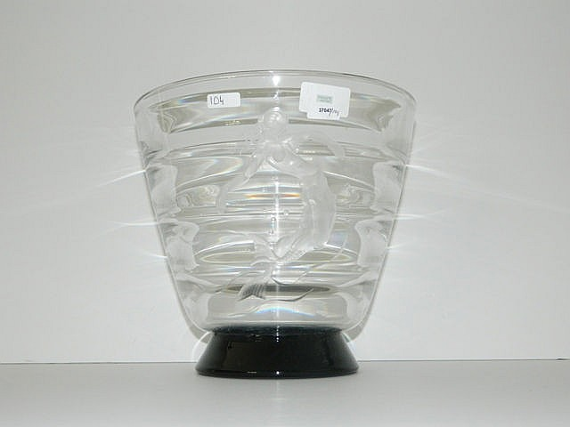 Vase en verre incolore sur piédouche circulaire noir, décor dépoli à la sir