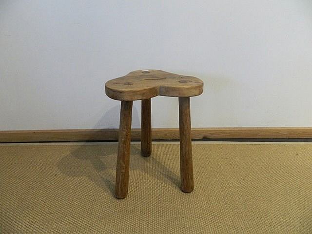 Tabouret tripode en bois, assise trilobée, h. 44 cm.