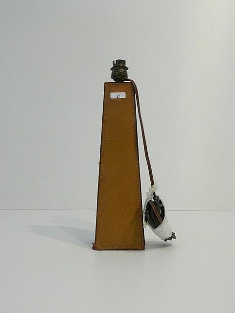 Pied de lampe trapézoïdal gainé de cuir, XXe, h. 35 cm [éraflures].
