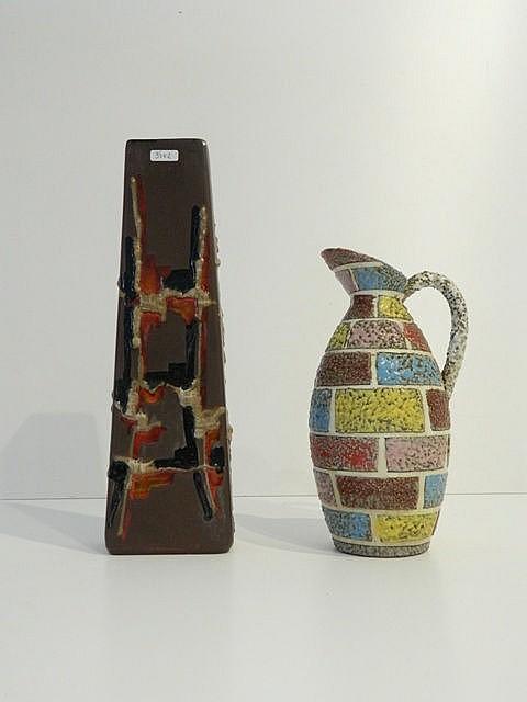 Une cruche et un grand vase rectangulaire aux décors polychromes de type Fa