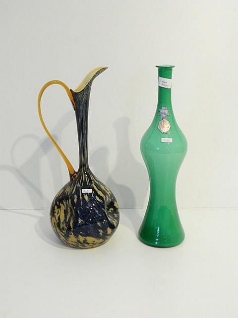 Une aiguière mouchetée et un vase-bouteille opalin, XXe, verre soufflé, éti