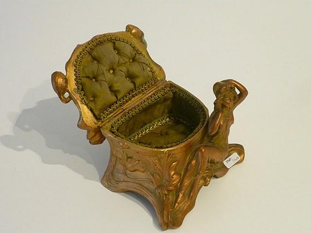 Bo te bijoux d 39 poque art nouveau int rieur capitonn ci for Interieur art nouveau