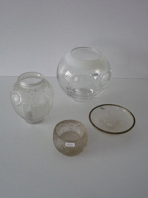 Vase boule en verre incolore doublé blanc sur la bordure à décor de bulles