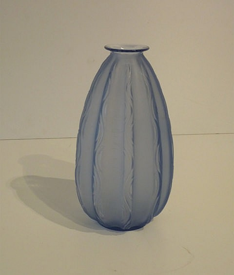 Vase ovoïde d'époque Art déco à nervures verticales, circa 1925, verre bleu