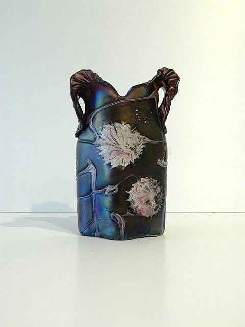 Vase ansé d'époque Art nouveau orné de fleurs stylisées, circa 1900, verre
