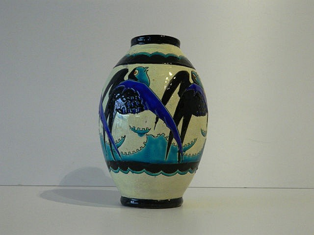 Vase ovoïde d'époque Art déco à décor polychrome d'oiseaux stylisés, circa